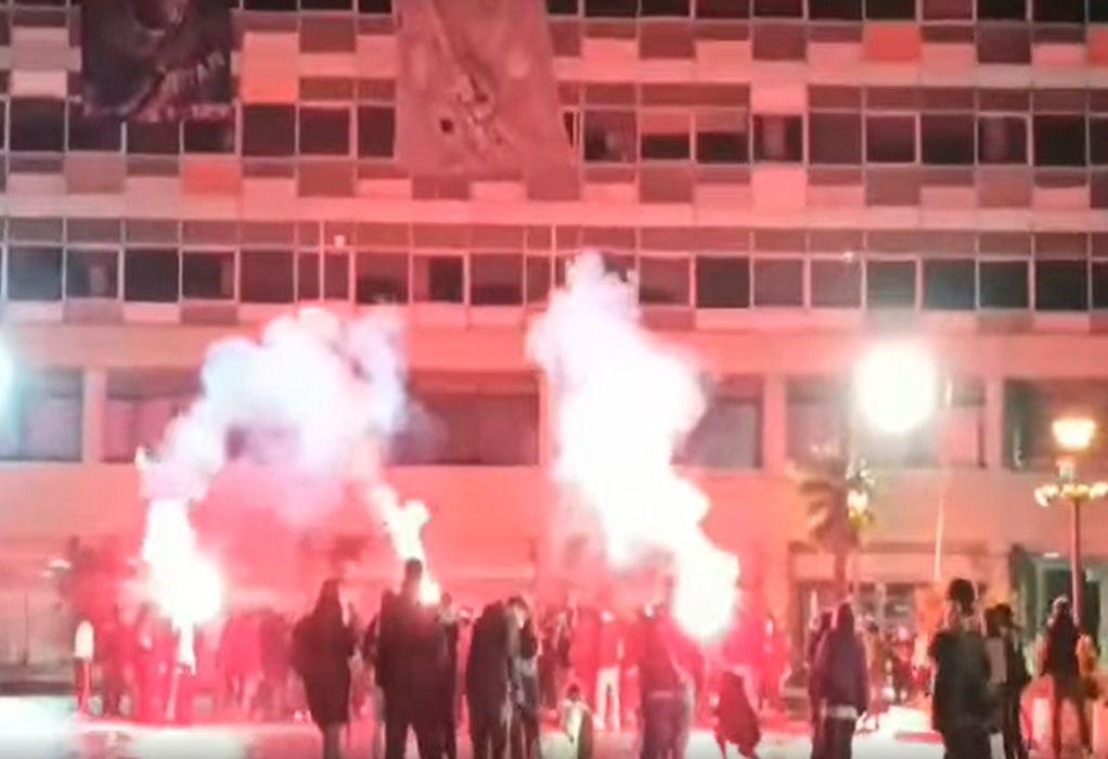 ΑΠΘ: Έληξε η κατάληψη στην Πρυτανεία – Φοιτητές πέταξαν πυροτεχνήματα (VIDEO)