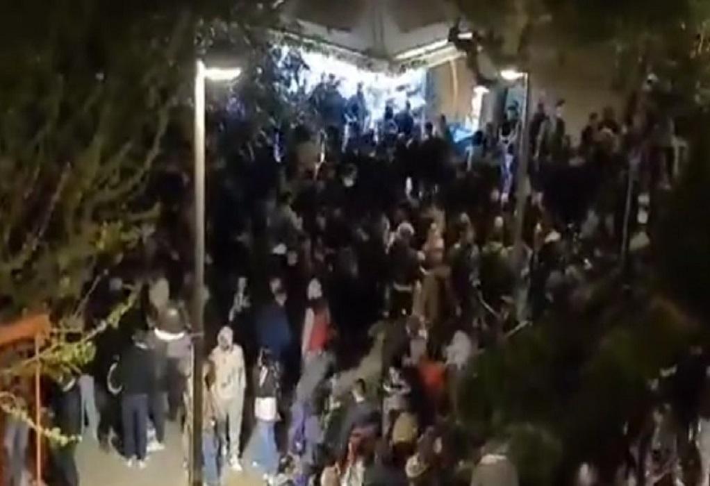 Νέο κορωνοπάρτι με δεκάδες άτομα στην πλατεία Βαρνάβα χωρίς αποστάσεις χθες (VIDEO)