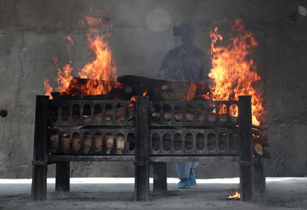 Κορωνοϊός – Ινδία: Δεν προλαβαίνουν να θάψουν τους νεκρούς!