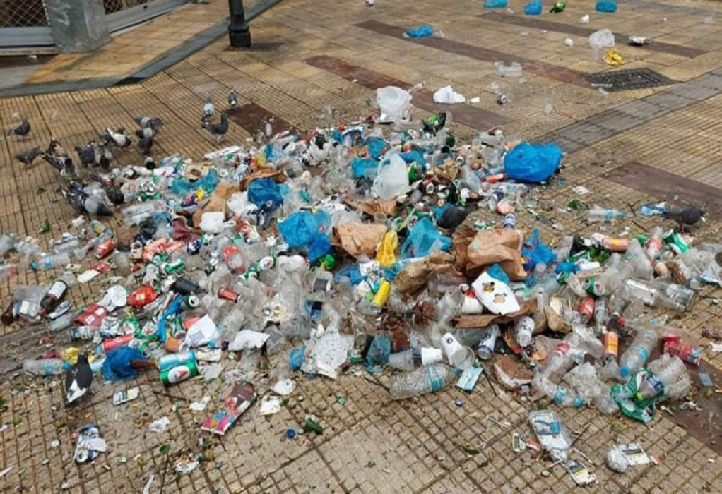Σκουπιδότοπος η πλατεία Αγ. Γεωργίου μετά το κορωνοπάρτι