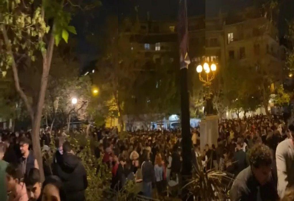 Κορωνοϊός: Ξανά γεμάτες οι πλατείες στην Αθήνα
