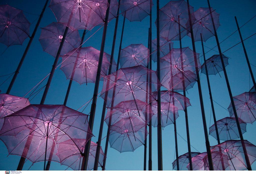 Στο χρώμα του πένθους φωτίστηκαν οι «Ομπρέλες» του Ζογγολόπουλου, φωτογραφία-1