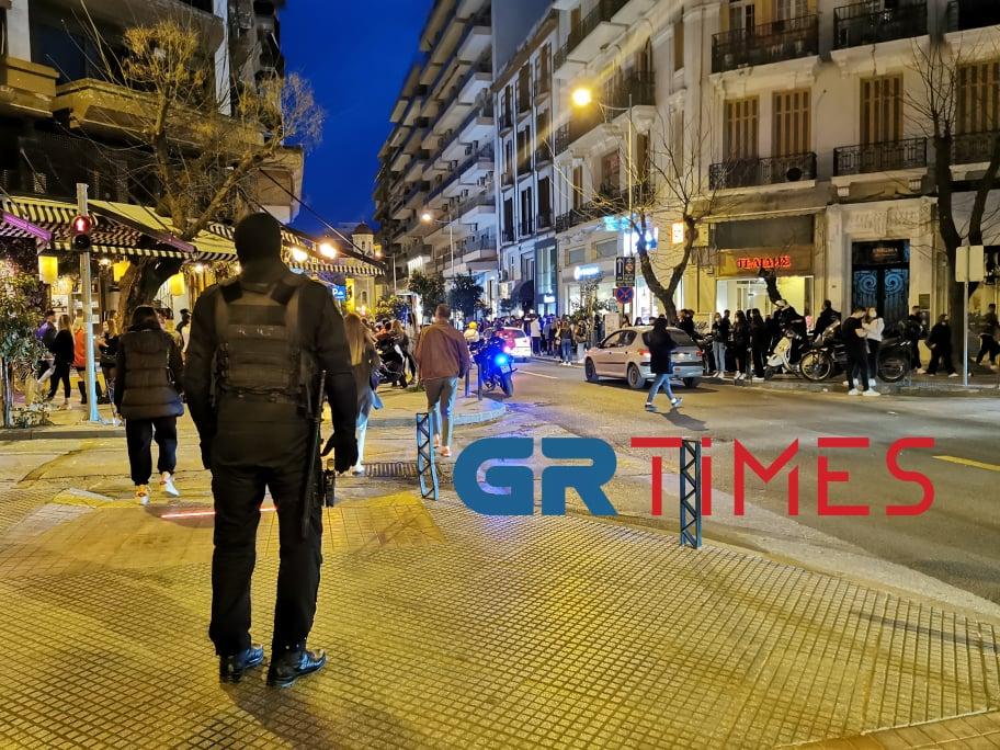 Θεσσαλονίκη:150 άτομα συγκεντρώθηκαν με ποτά και κοκτέιλ έξω από καταστήματα – Επέμβαση της ΕΛΑΣ, φωτογραφία-3