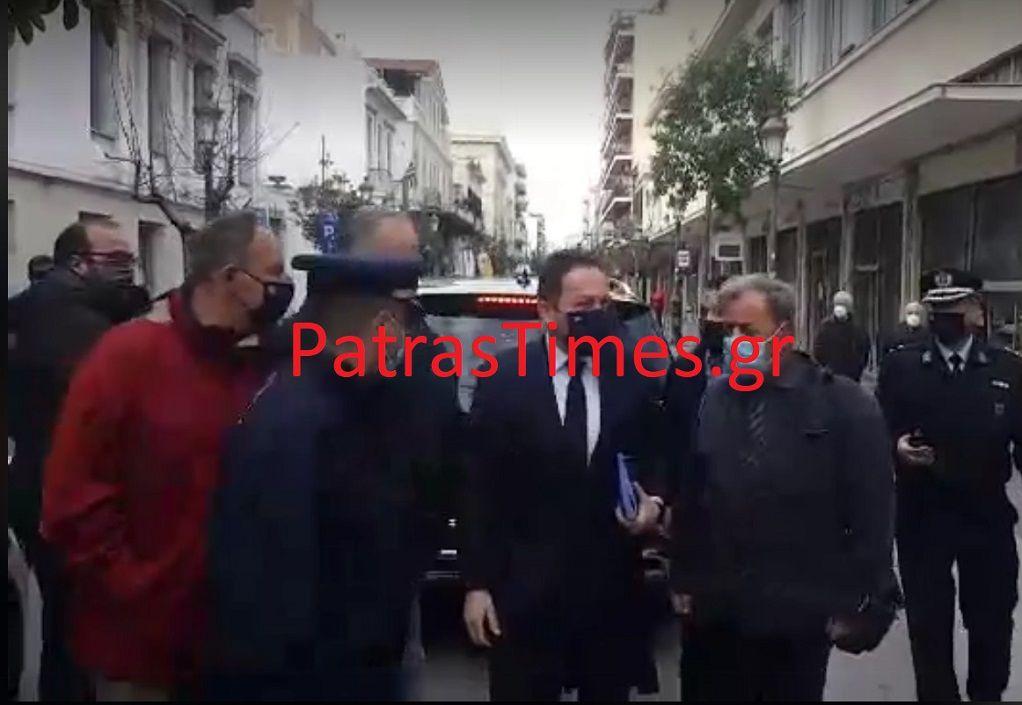 Στην Πάτρα ο Στ. Πέτσας – Τον υποδέχτηκαν με αποδοκιμασίες οι έμποροι (VIDEO)