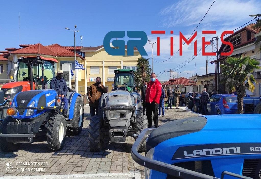 Διαμαρτυρία αγροτών: Μπλόκα με τρακτέρ στις πλατείες του Ν. Πέλλας (ΦΩΤΟ+VIDEO)