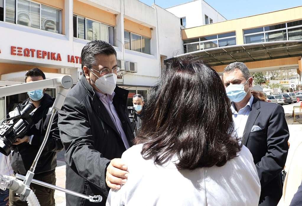 Επτά αναπνευστήρες παρέδωσε ο Απ. Τζιτζικώστας σε νοσοκομεία της Θεσσαλονίκης