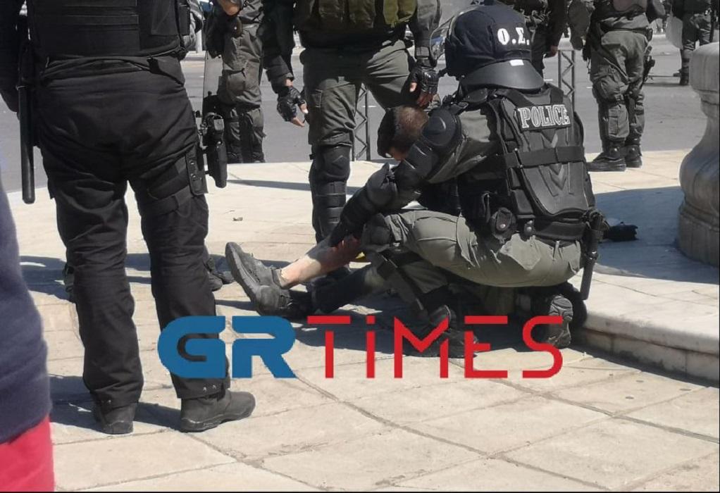 Θεσσαλονίκη: Αστυνομικός των ΜΑΤ σβήνει τη φωτιά από άτομο που του πετούσε μολότοφ