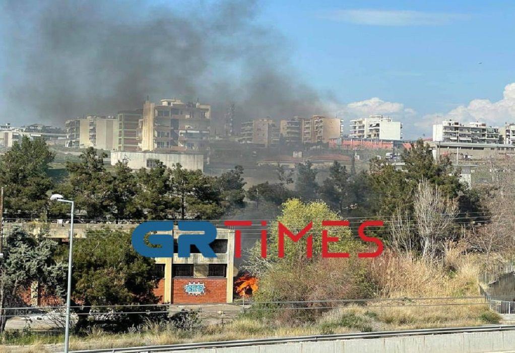 Θεσ/νίκη: Φωτιά δίπλα σε εγκαταλελειμμένο κτίριο στην Περιφερειακή Οδό (VIDEO-ΦΩΤΟ)