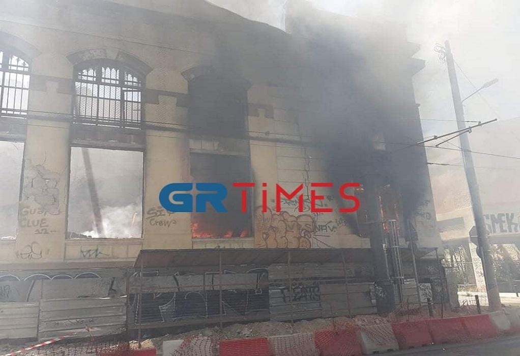 Μεγάλη φωτιά τώρα σε κτήριο στον Πειραιά (ΦΩΤΟ)