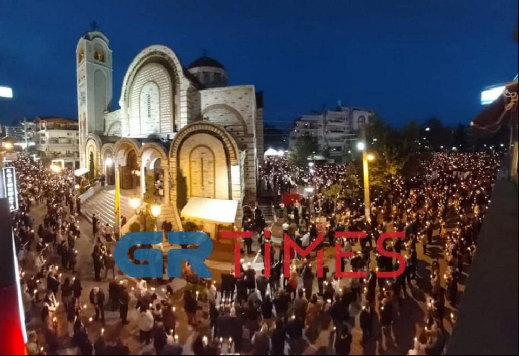 Χριστός Ανέστη: Οι Έλληνες γιόρτασαν με κατάνυξη και μέτρα (ΦΩΤΟ – VIDEO)