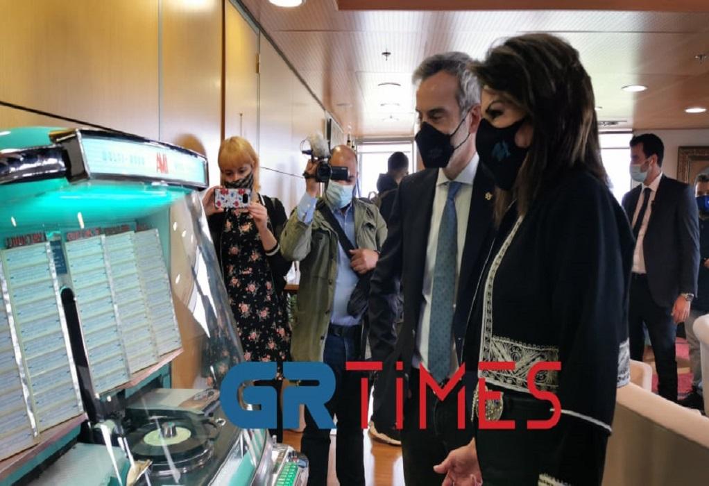 Με jukebox η Γιάννα Αγγελοπούλου στο γραφείο του Ζέρβα (ΦΩΤΟ+VIDEO)