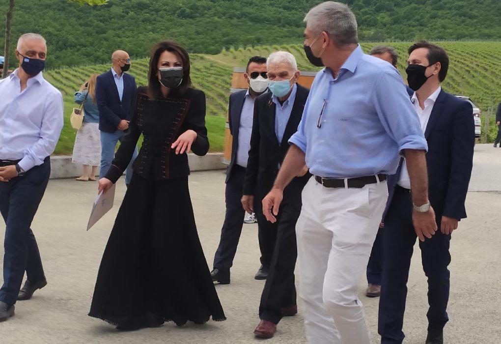 Γ. Αγγελοπούλου: Στο κτήμα Κυρ- Γιάννη με outfit εμπνευσμένο από παραδοσιακή φορεσιά (ΦΩΤΟ)