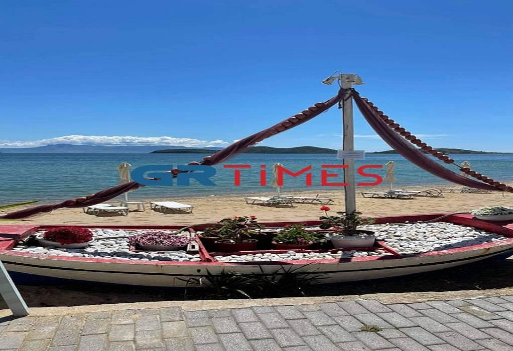Καβάλα: Έτοιμα τα beach bars στους Αμμόλοφους – Ανύπαρκτοι οι τουρίστες