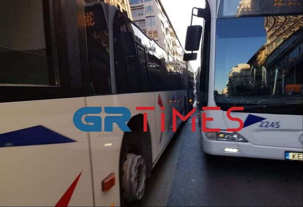 Μητροπόλεως: «Σφήνωσαν» δύο λεωφορεία και διέκοψαν την κυκλοφορία