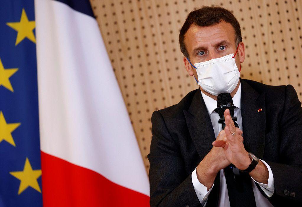Γαλλία: Ο Μακρόν ζητεί «συγγνώμη» από τους χαρκί – «Πολιτικά ελατήρια» για την απόφασή του;