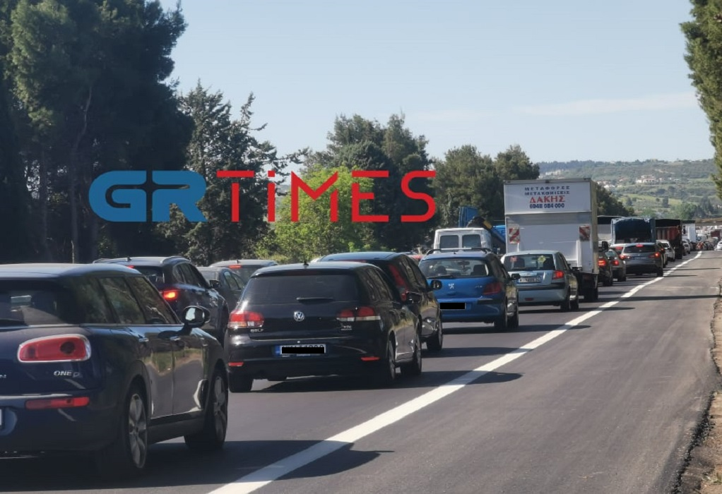 Ουρά χιλιομέτρων στην ΕΟ Θεσσαλονίκης – Ν. Μουδανιών (VIDEO)