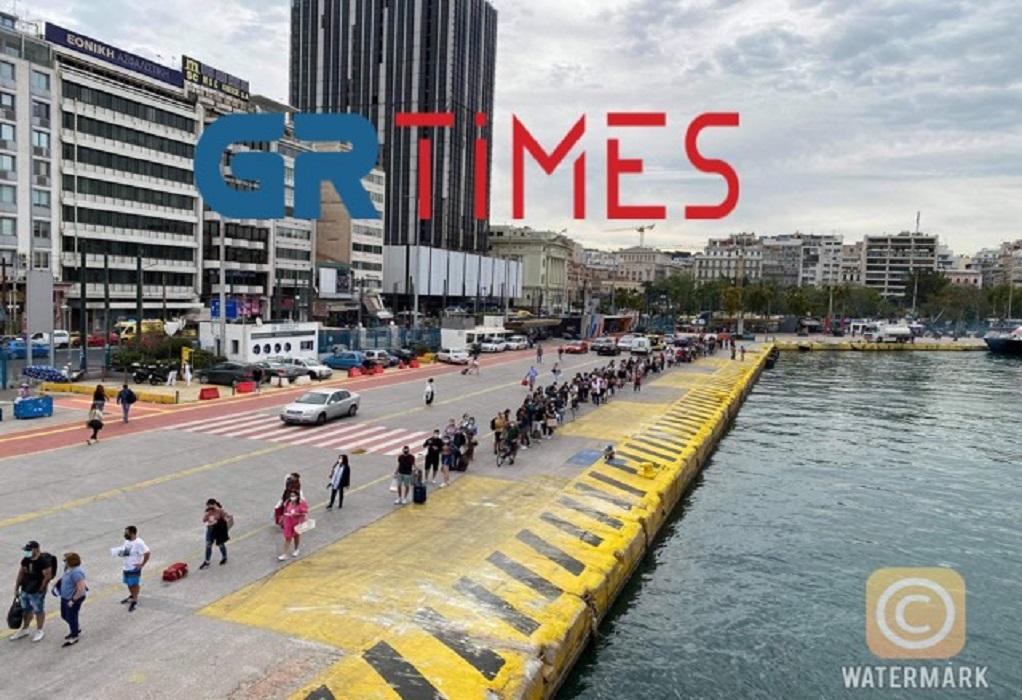 Το πρώτο ΣΚ «ελευθερίας», φεύγουν για τα νησιά – Αυξήθηκε η πληρότητα των πλοίων (ΒΙΝΤΕΟ)