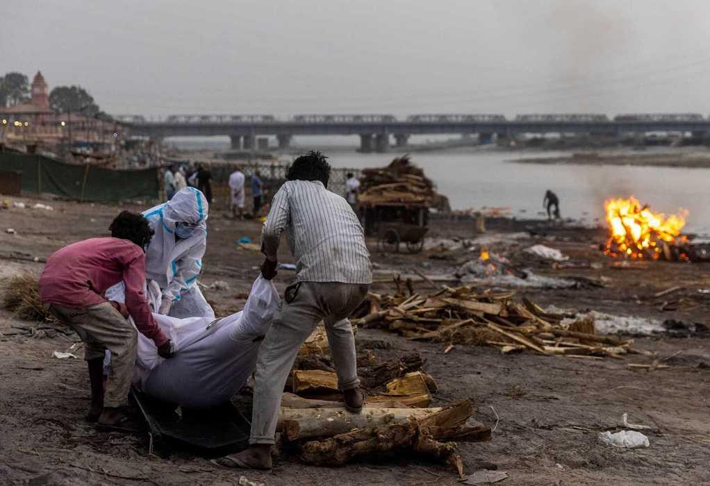 Ινδία – Covid-19: «Ξεβράζουν» πτώματα τα ποτάμια