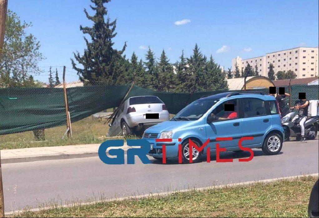 """Θεσ/νίκη: Αυτοκίνητο """"καρφώθηκε"""" σε περίφραξη στρατοπέδου (ΦΩΤΟ)"""