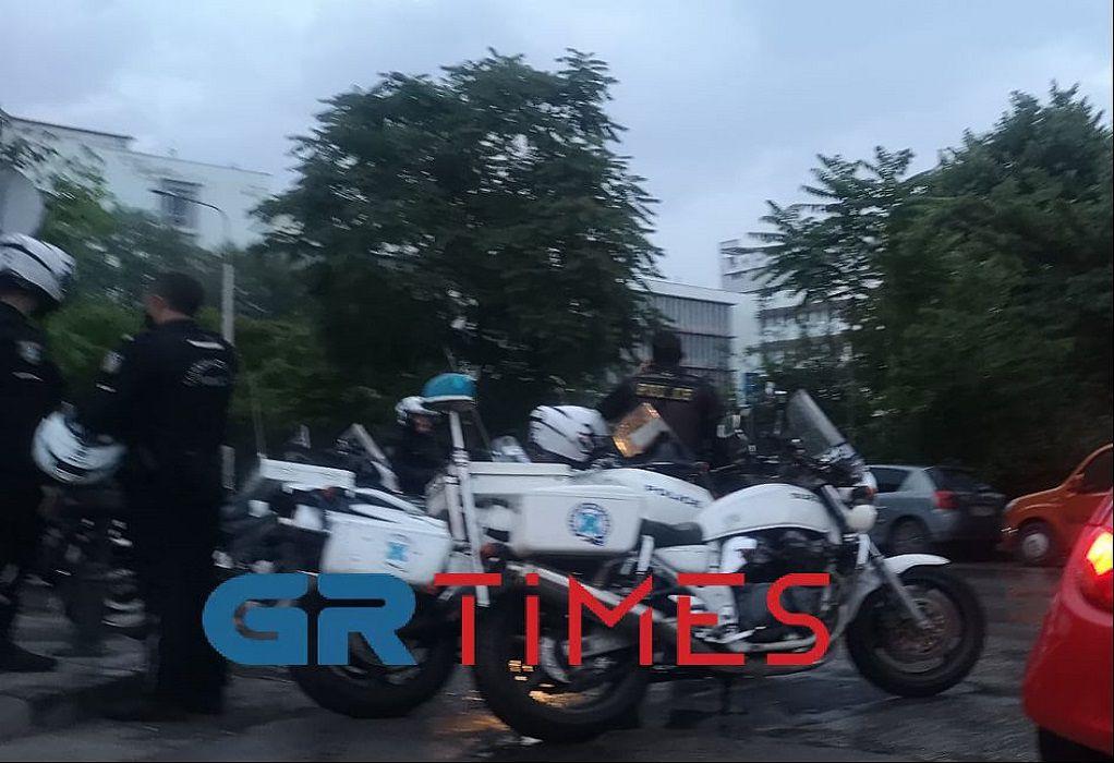 ΚΝΕ Θεσσαλονίκης: Καταγγέλλει την περικύκλωση του ΑΠΘ από αστυνομικές δυνάμεις