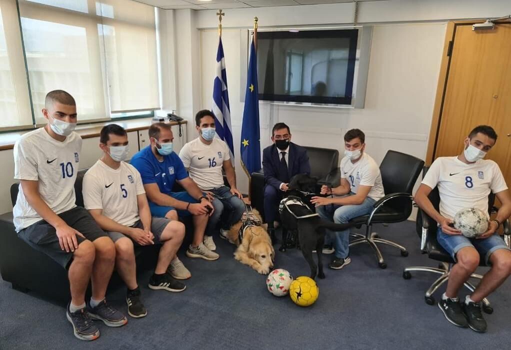 Με την Εθνική Ποδοσφαιρική Ομάδα Τυφλών συναντήθηκε ο Γιώργος Σταμάτης