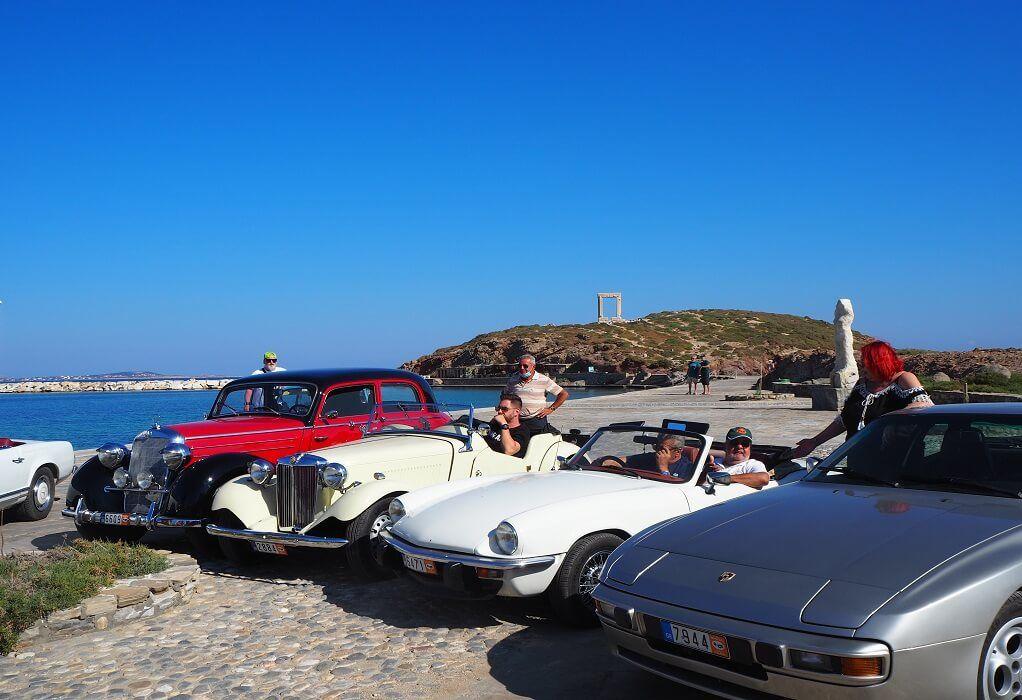 Ιστορικά αυτοκίνητα στη Νάξο: Τζάγκουαρ και Μερσεντές με φόντο την Πορτάρα (ΦΩΤΟ)