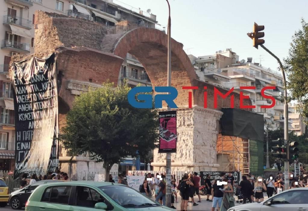 Θεσσαλονίκη: Κρέμασαν γιγαντοπανό κατά της πατριαρχίας στην Καμάρα (ΦΩΤΟ)
