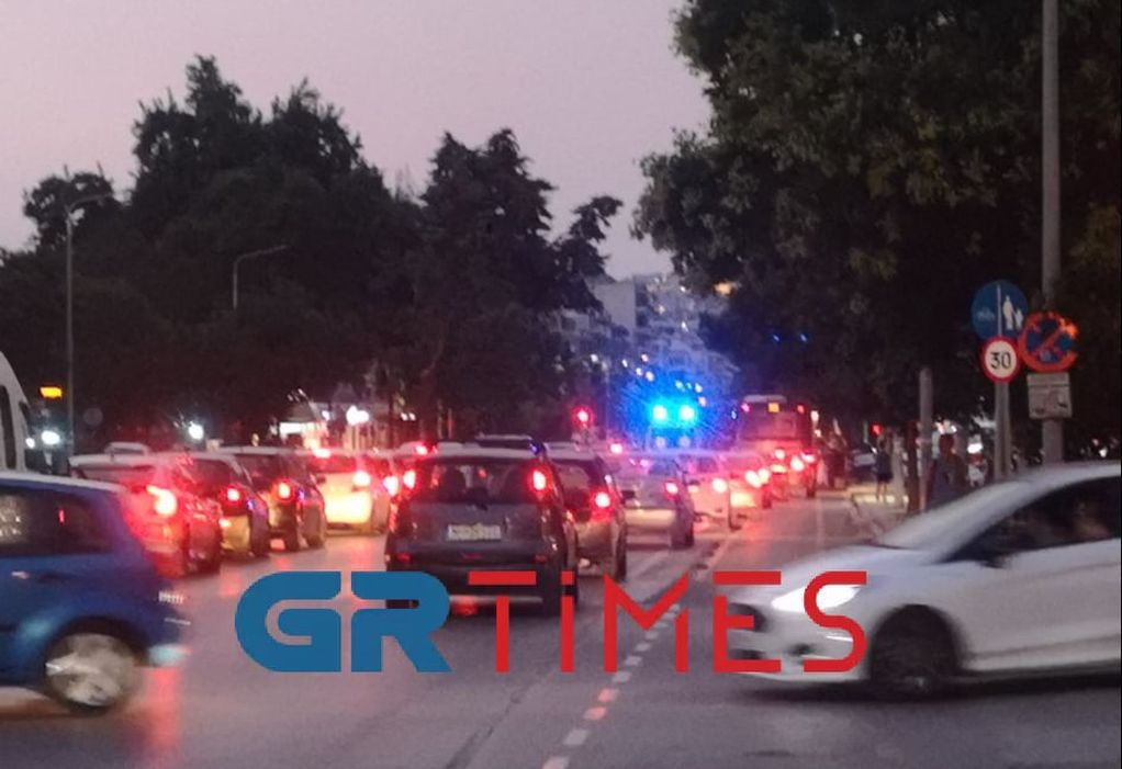 Θεσσαλονίκη: Ασθενοφόρο εγκλωβισμένο στην κίνηση (VIDEO)