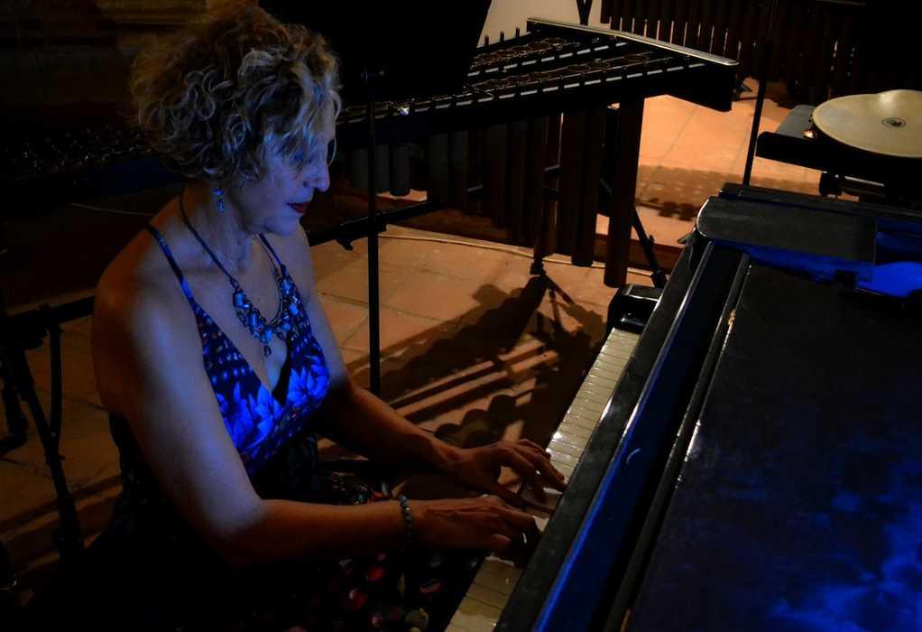 Λόλα Τότσιου: «Με το πιάνο νιώθω να γειώνομαι και να συναντώ τη δική μου αλήθεια»