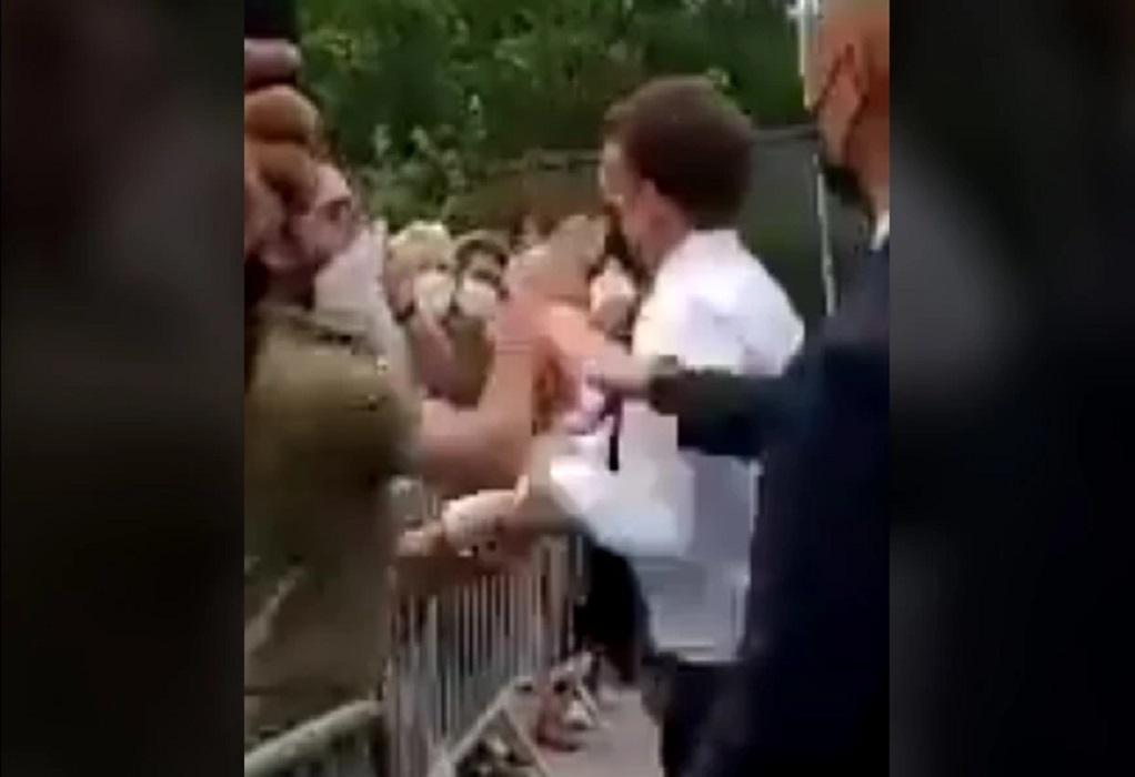 Άνδρας χαστούκισε τον Μακρόν μπροστά στις κάμερες (VIDEO)