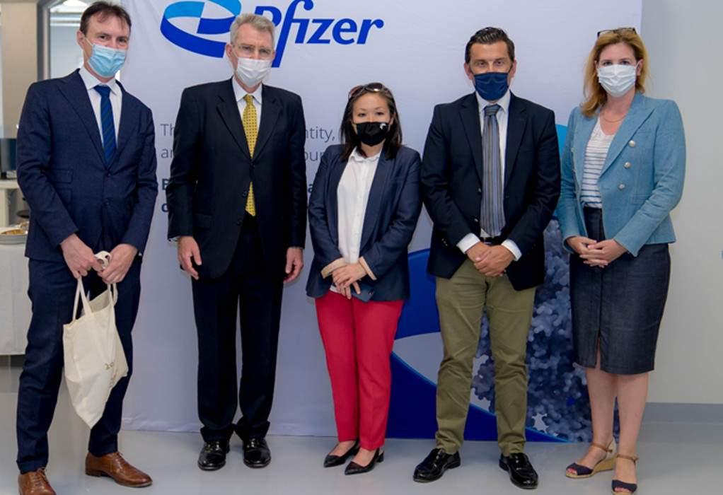 Θεσσαλονίκη: Ο πρέσβης των ΗΠΑ στις εγκαταστάσεις της Pfizer