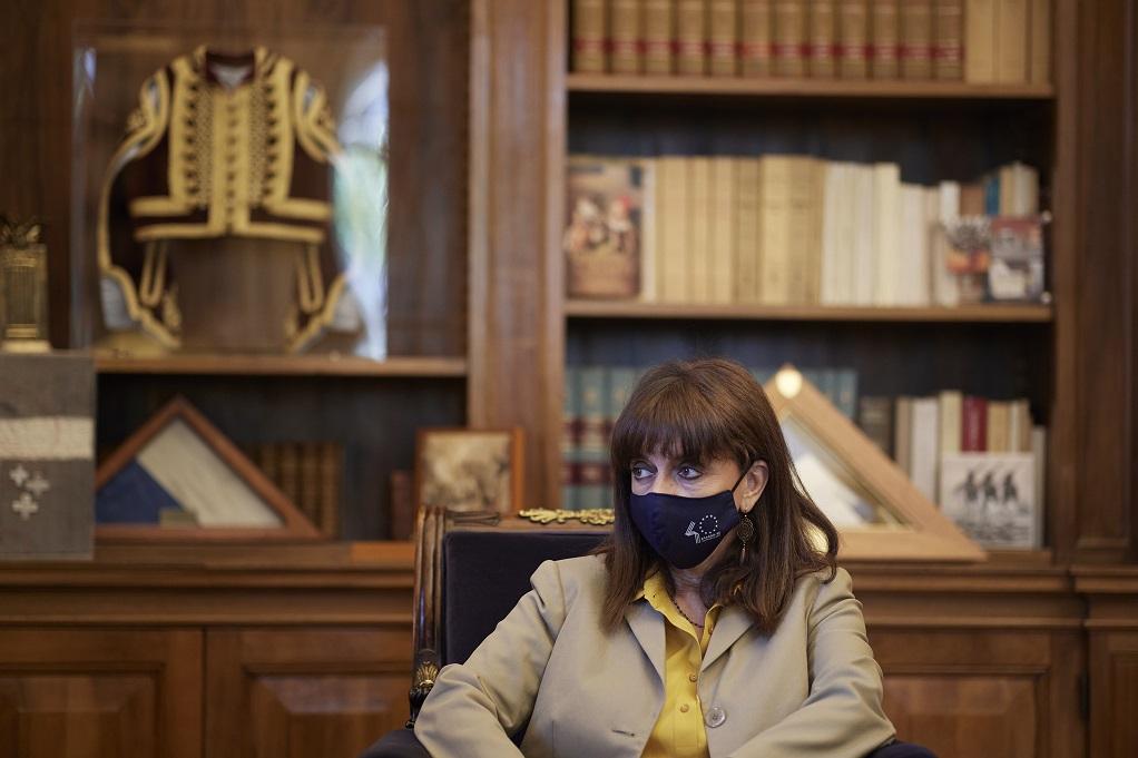 Τι δήλωσε η Κ. Σακελλαροπούλου για την επίθεση με βιτριόλι στη Μονή Πετράκη