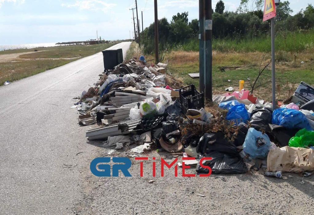 Ν. Ηράκλεια: «Πάρτι» σκουπιδιών μια ανάσα από την ακτή (ΦΩΤΟ)