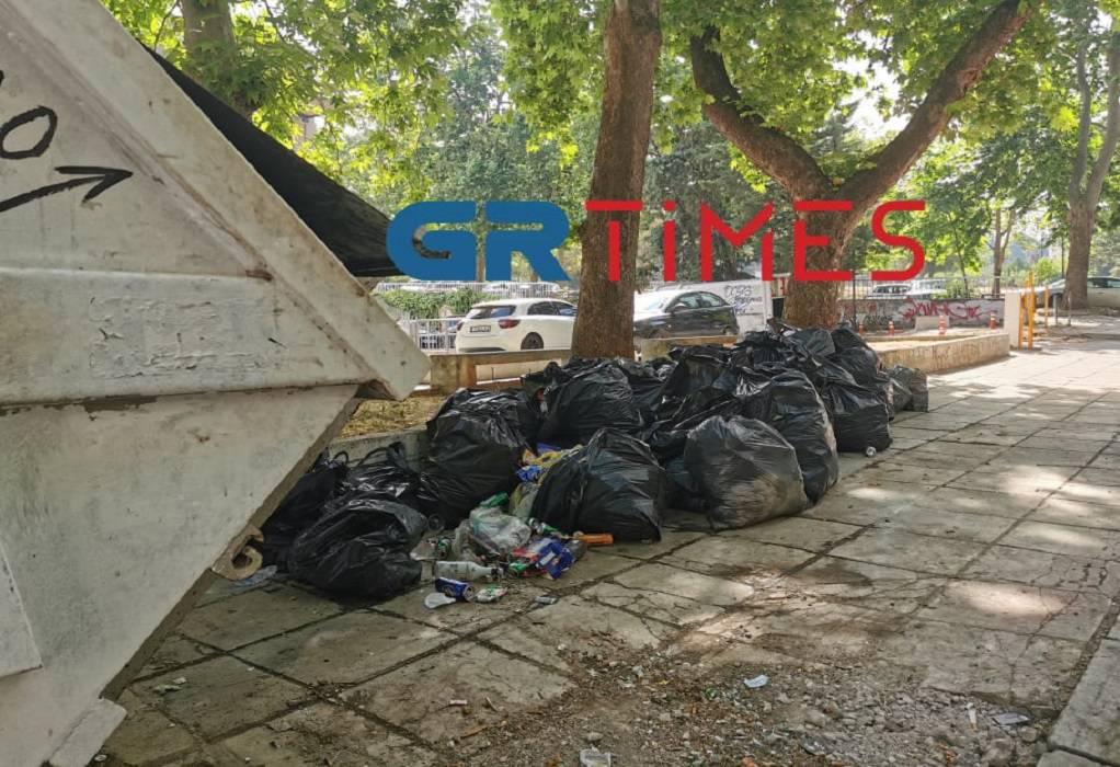 """ΑΠΘ: """"Χαμός"""" από σκουπίδια μετά τα ξέφρενα πάρτι (ΦΩΤΟ-VIDEO)"""