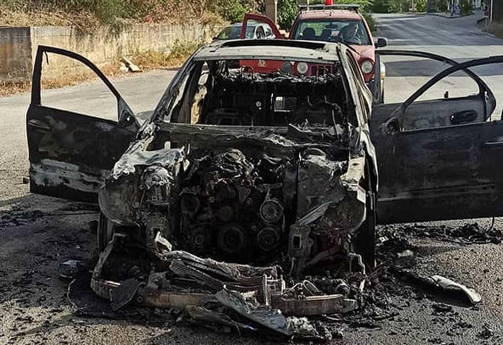 Στις φλόγες ταξί στην Κέρκυρα – Η φωτιά επεκτάθηκε σε δασική περιοχή
