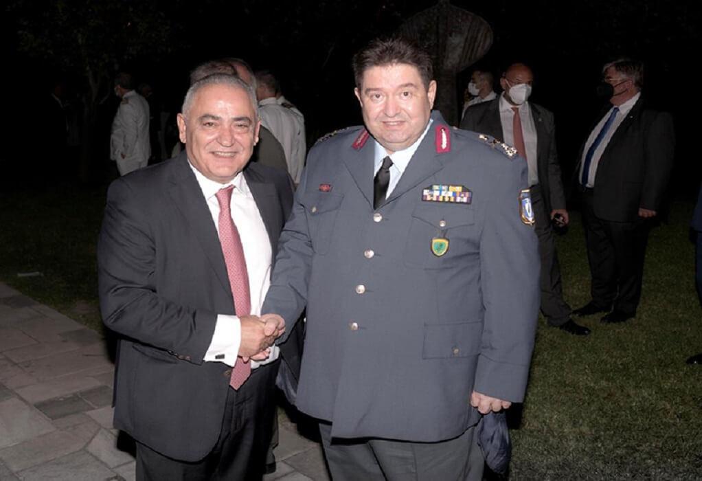 Ο πρόεδρος του ΕΕΑ και ο αρχηγός της ΕΛΑΣ συζήτησαν για το λαθρεμπόριοστην γιορτής της Δημοκρατίας