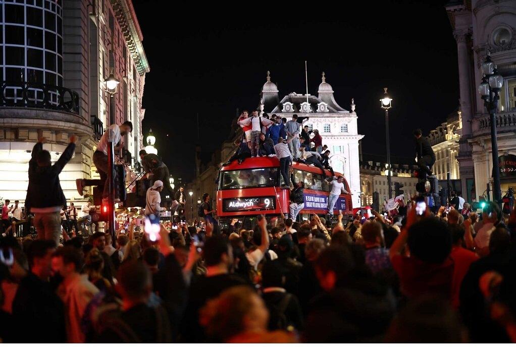 Λονδίνο: Ο συνωστισμός στο Γουέμπλεϊ μπορεί να φέρει μέχρι και 100.000 κρούσματα ημερησίως