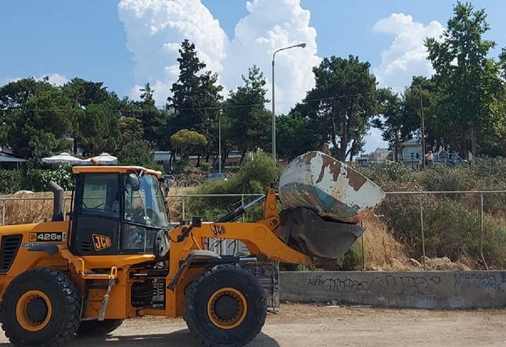 Απομακρύνθηκαν οι εγκαταλελειμμένες βάρκες από την παραλία της Αρετσούς