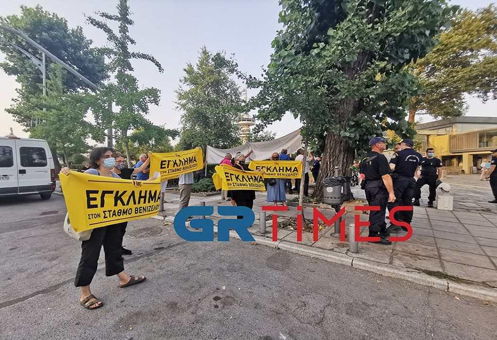 Θεσσαλονίκη: Διαμαρτυρίες με αφορμή την επίσκεψη Μενδώνη (ΦΩΤΟ)