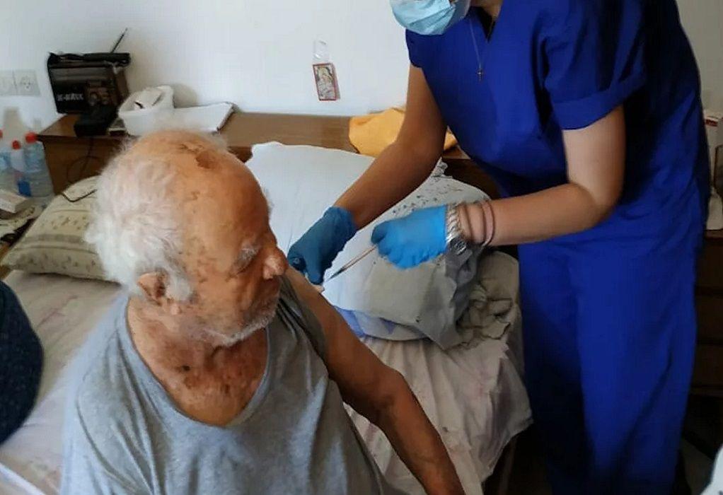 Στην Κρήτη ο πρώτος κατ' οίκον εμβολιασμός (ΦΩΤΟ)