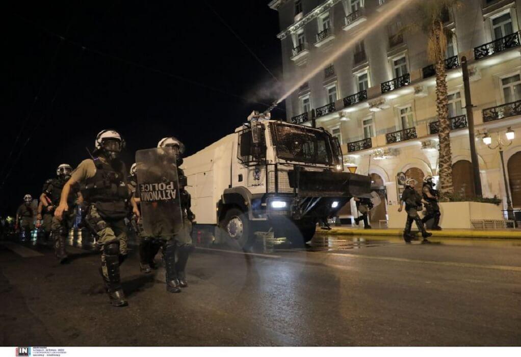Αθήνα: Μολότοφ και επεισόδια στη συγκέντρωση αντιεμβολιαστών έξω από τη Βουλή