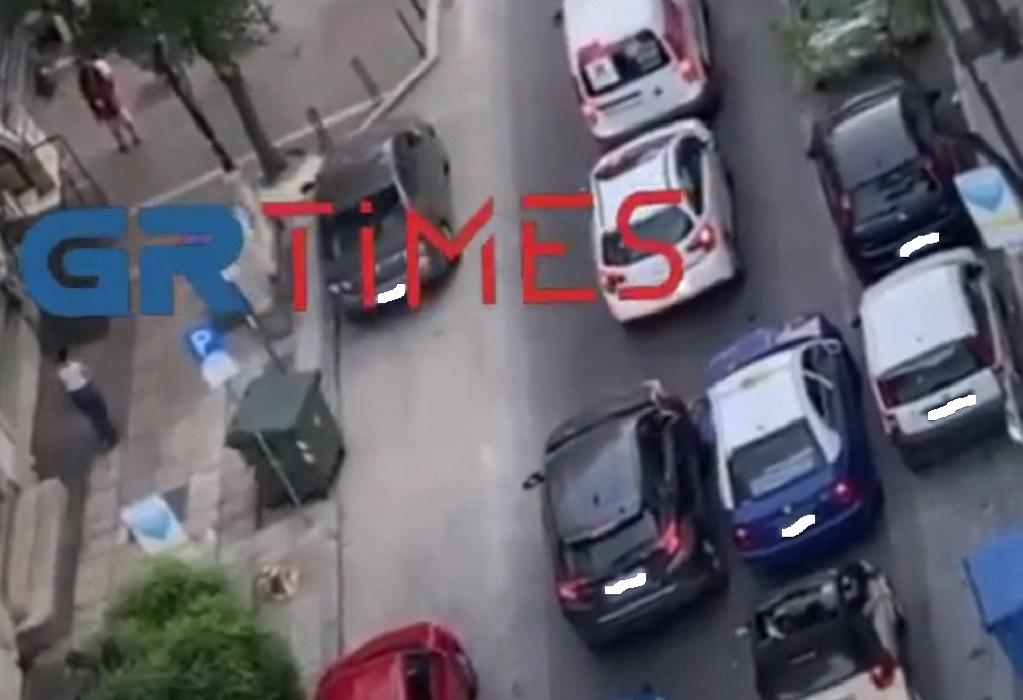 """Θεσσαλονίκη: Στα """"κάγκελα"""" οδηγός ταξί (VIDEO)"""