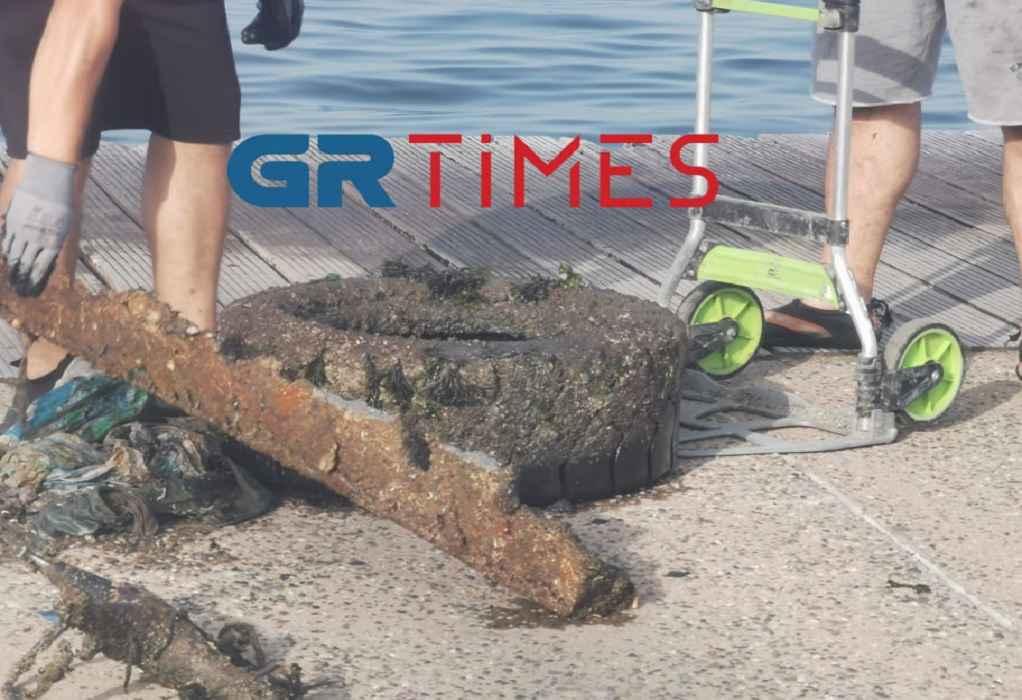 Θεσσαλονίκη: Σωλήνες, skateboard και λάστιχα φορτηγών στα νερά του Θερμαϊκού (ΦΩΤΟ +VIDEO)