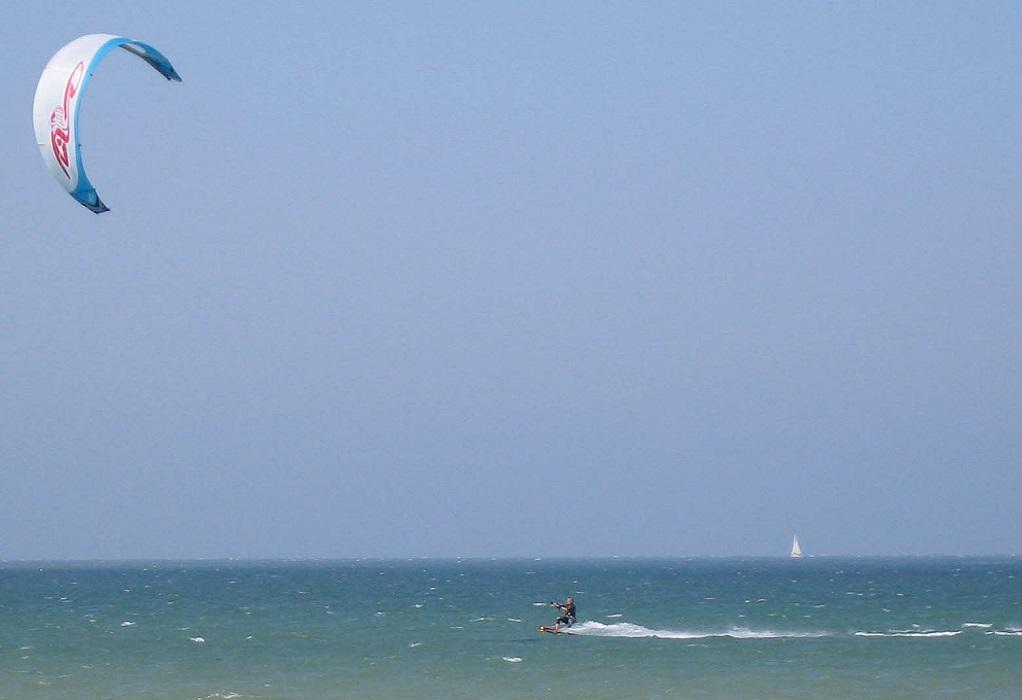 Νάξος: Χειριστής αετοσανίδας έχασε τον έλεγχο και έπεσε στην παραλία