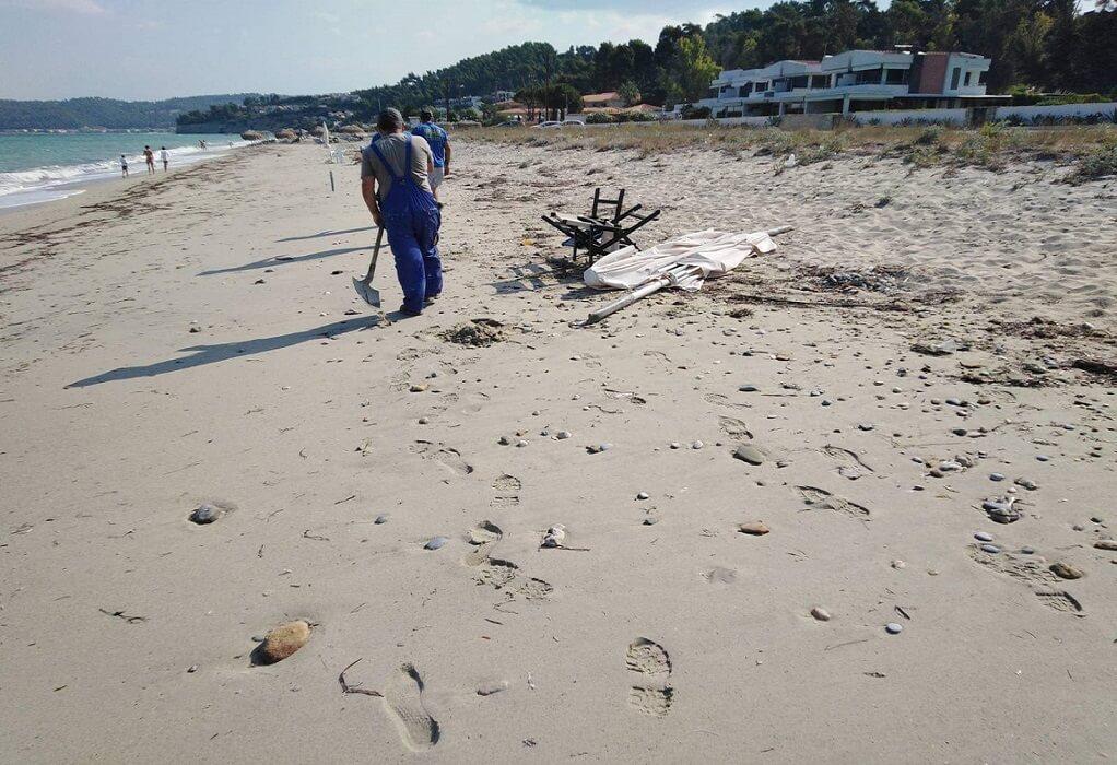 Κασσάνδρα:Απομακρύνονται οι παράνομα τοποθετημένες ομπρέλες από την παραλία