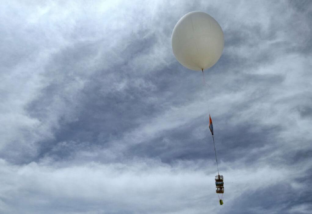 Θεσσαλονίκη: Μετεωρολογικό μπαλόνι έπεσε στην θάλασσα-Κινητοποίηση του λιμενικού
