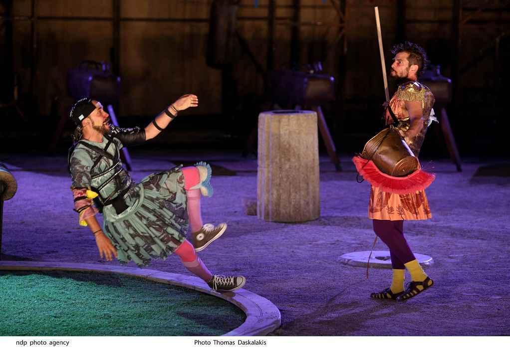 Ο Πάνος Μουζουράκης εντυπωσίασε στην Επίδαυρο στην πρεμιέρα της παράστασης «Ιππείς»