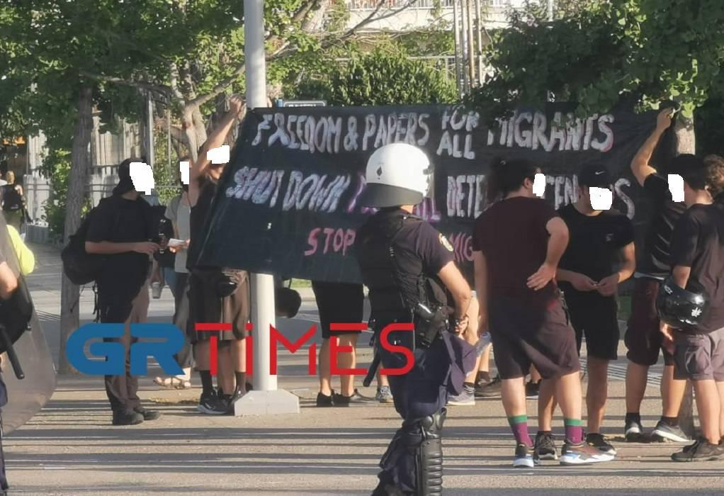 Θεσ/νίκη: Συγκέντρωση αλληλεγγύης στους μετανάστες απέναντι από το δημαρχείο (ΦΩΤΟ)