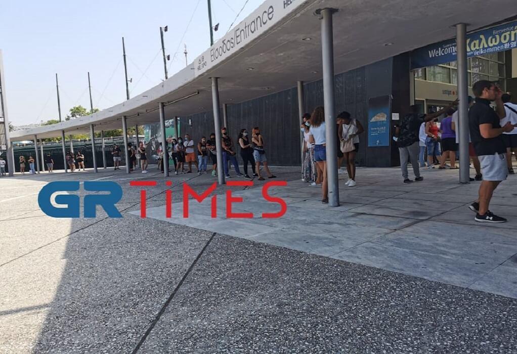 Θεσσαλονίκη: Με τις βαλίτσες στο χέρι στην ουρά για rapid test (ΦΩΤΟ)