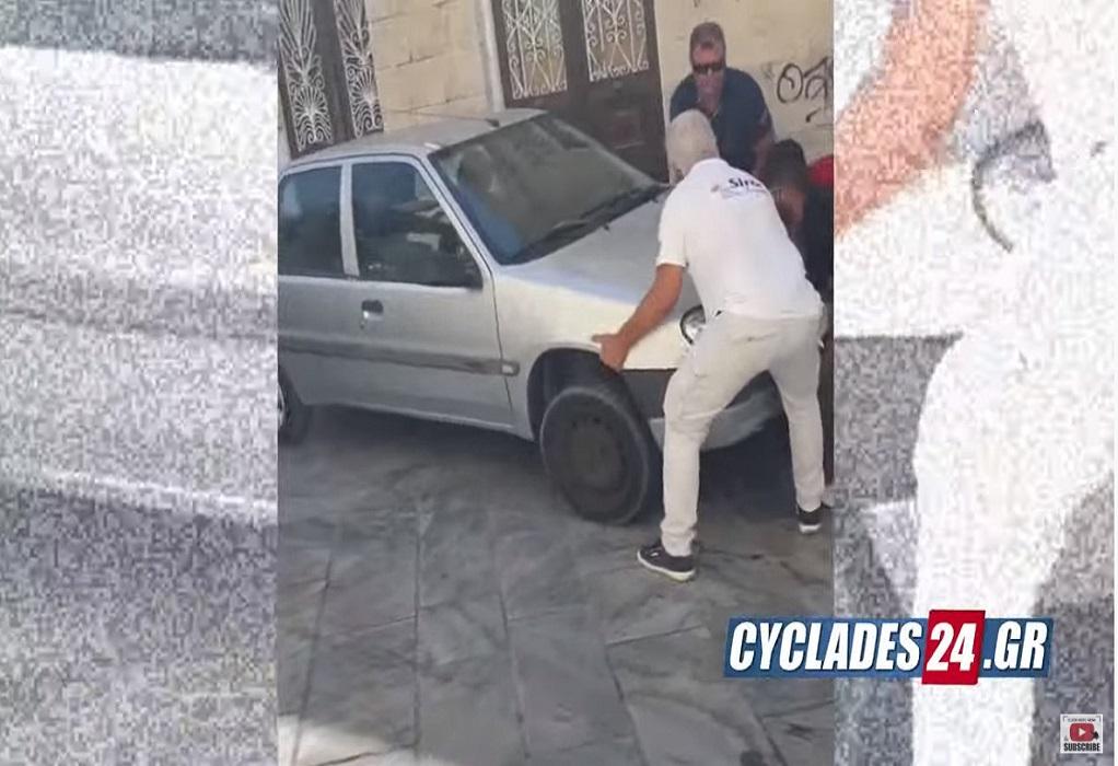 Σύρος: Σήκωσαν στα χέρια αυτοκίνητο για να περάσει το λεωφορείο (VIDEO)